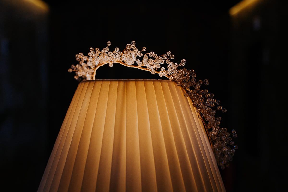 Detailaufnahme des Haarschmucks mit wundervollem Licht.