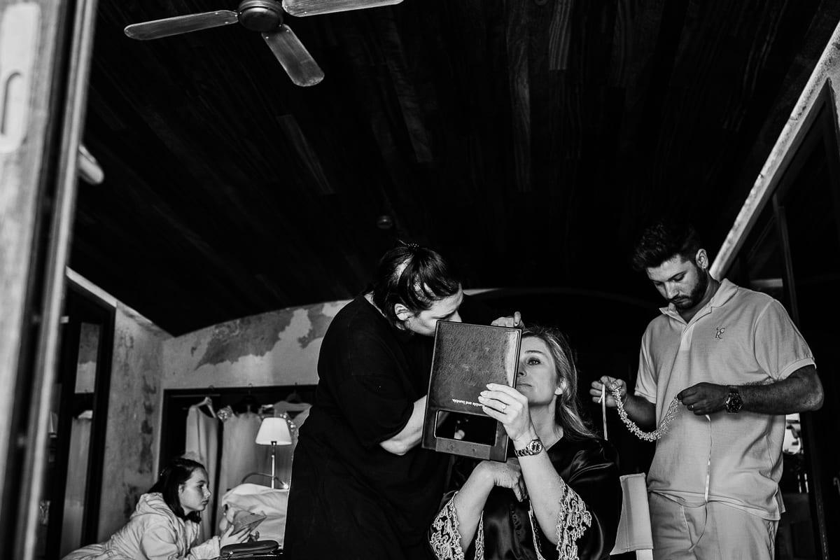 Moment während des Schminkens und Frisieren der Braut.