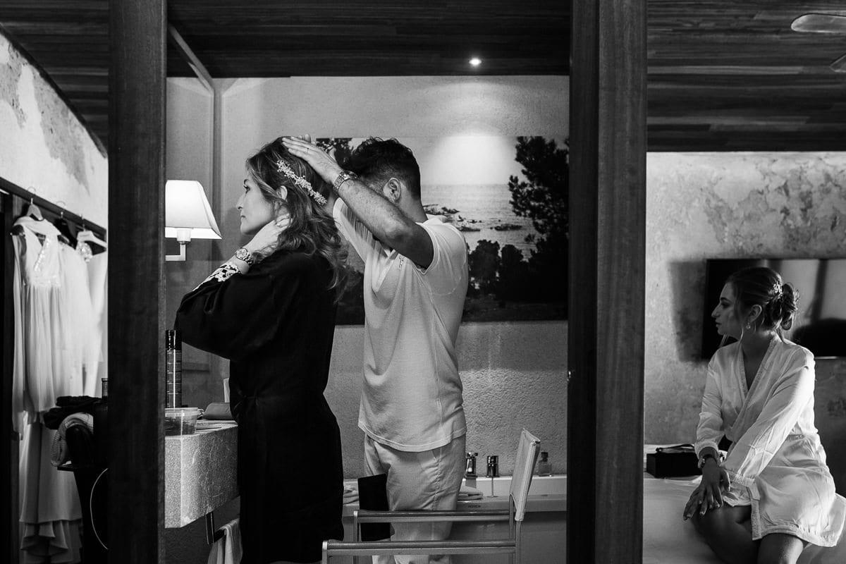 Momentaufnahme während des Anbringen des Haarschmucks der Braut.