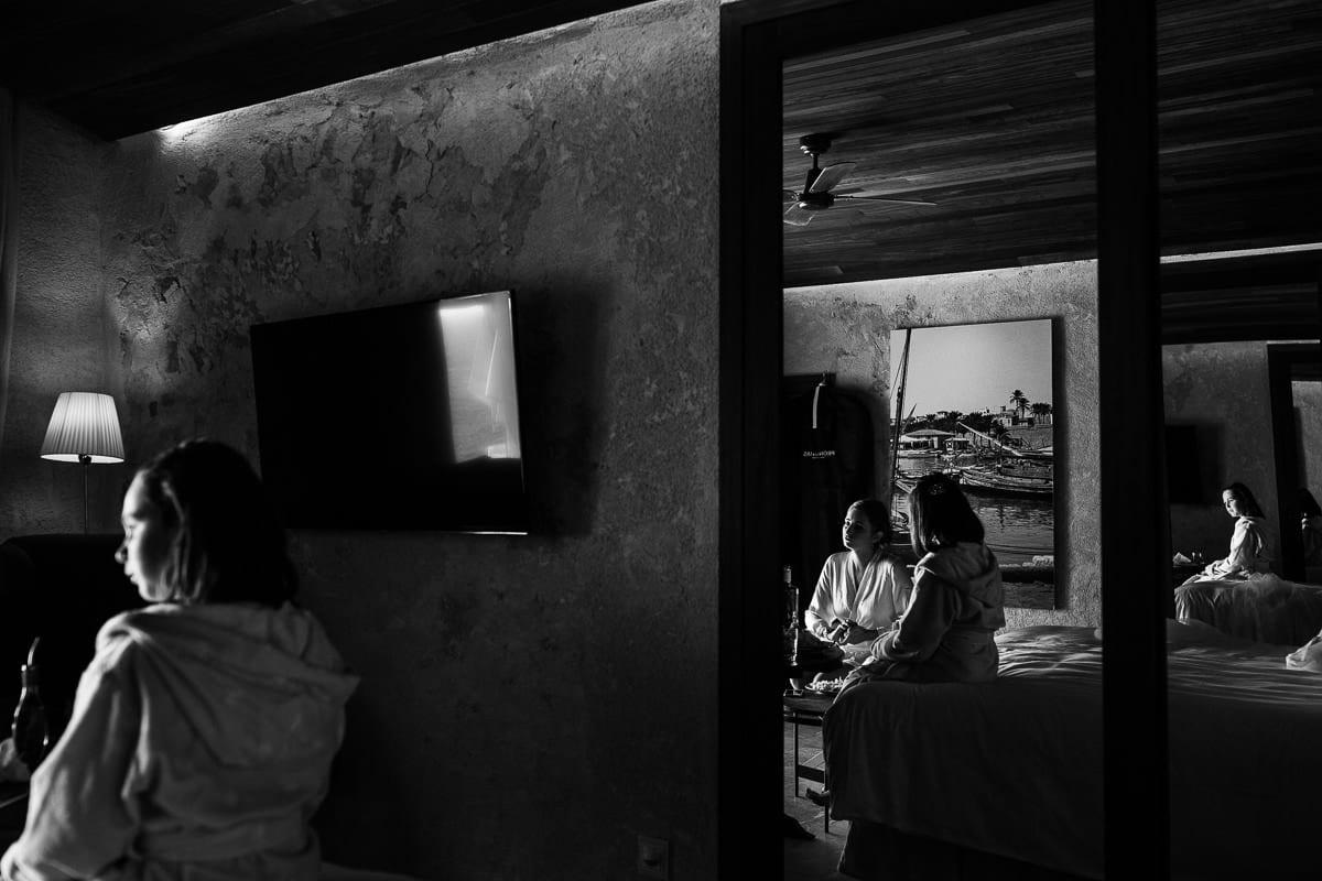 Ruhiger Moment während der Vorbereitungen im Zimmer der Braut.