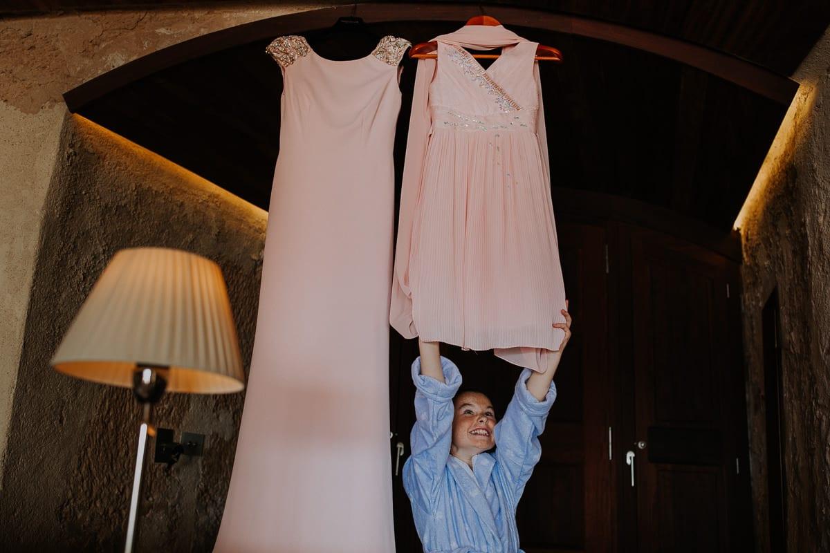 Die kleine Tochter freut sich mit einem riesigen Lächeln über ihr festliches Kleid.