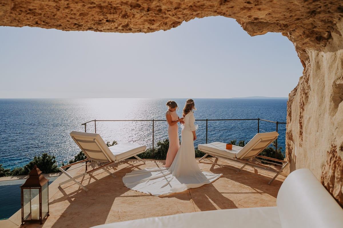 Atemberaubender Blick auf das Meer beim Kleid anziehen der Braut.