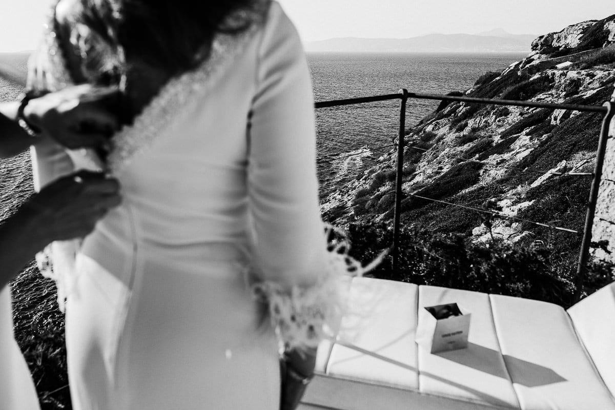 Detailaufnahme vom Anziehen der Braut mit Blick auf das Meer.