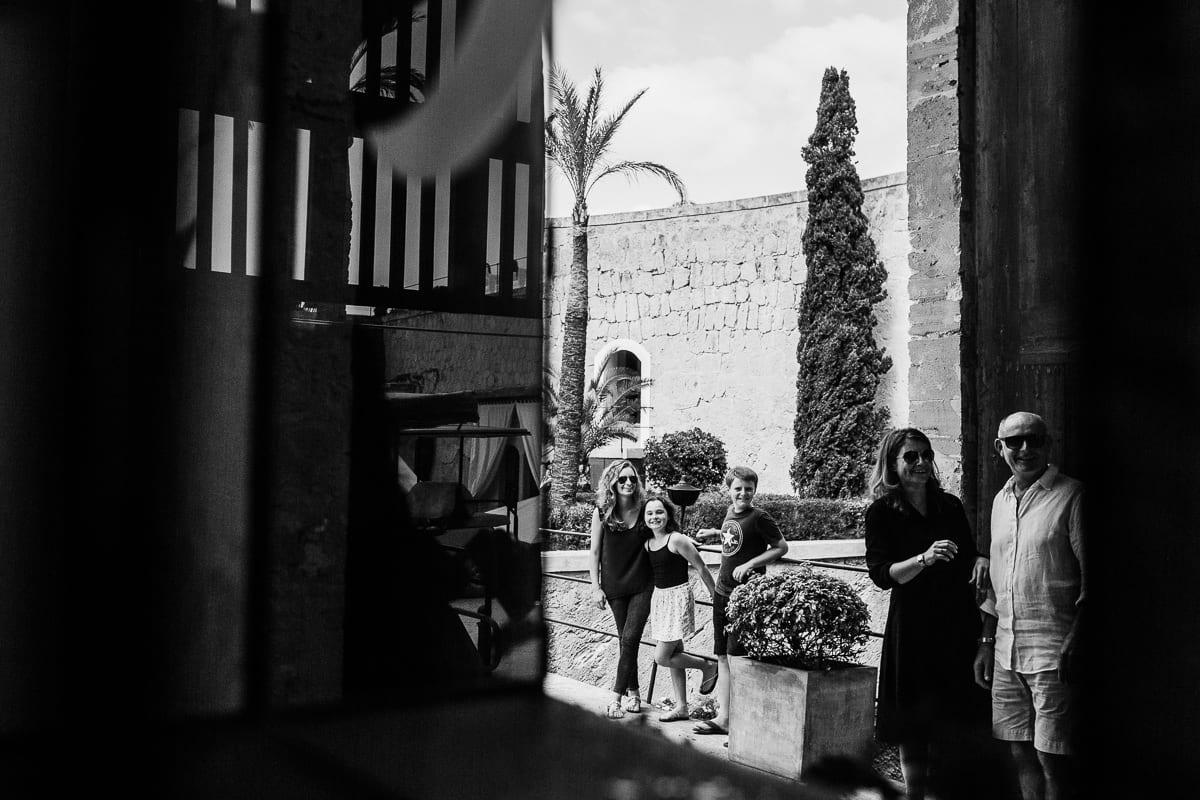 Die Familie am Eingang des Hotels bevor alles losgeht.