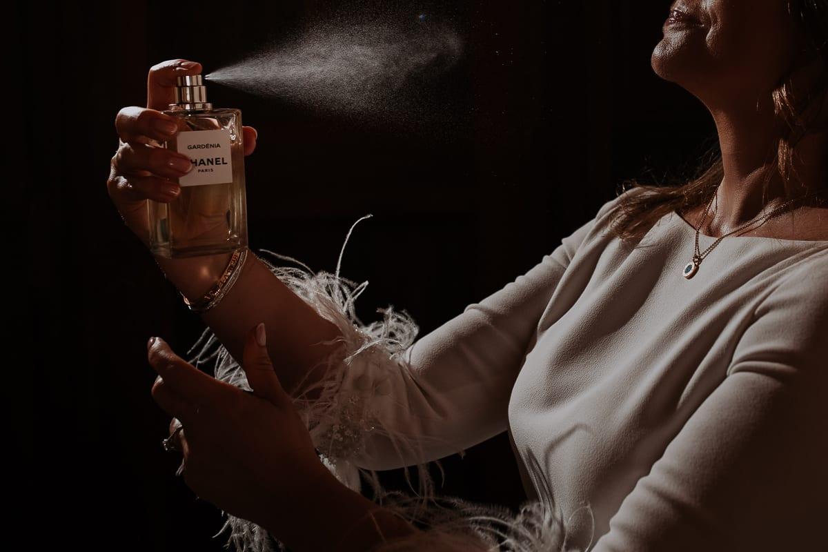 Die Braut besprüht sich mit Chanel Parfüm.