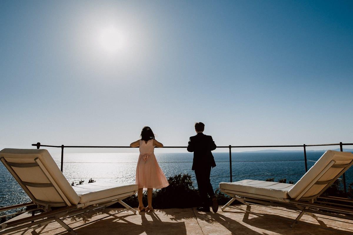 Die beiden Kinder des Brautpaares schauen auf das Meer hinaus.