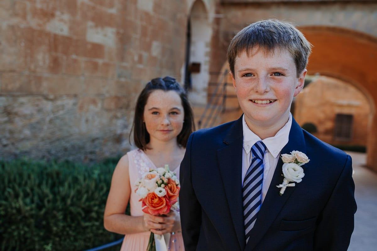 Nahaufnahme des kleinen Sohnes und der Tochter kurz vor der Zeremonie.