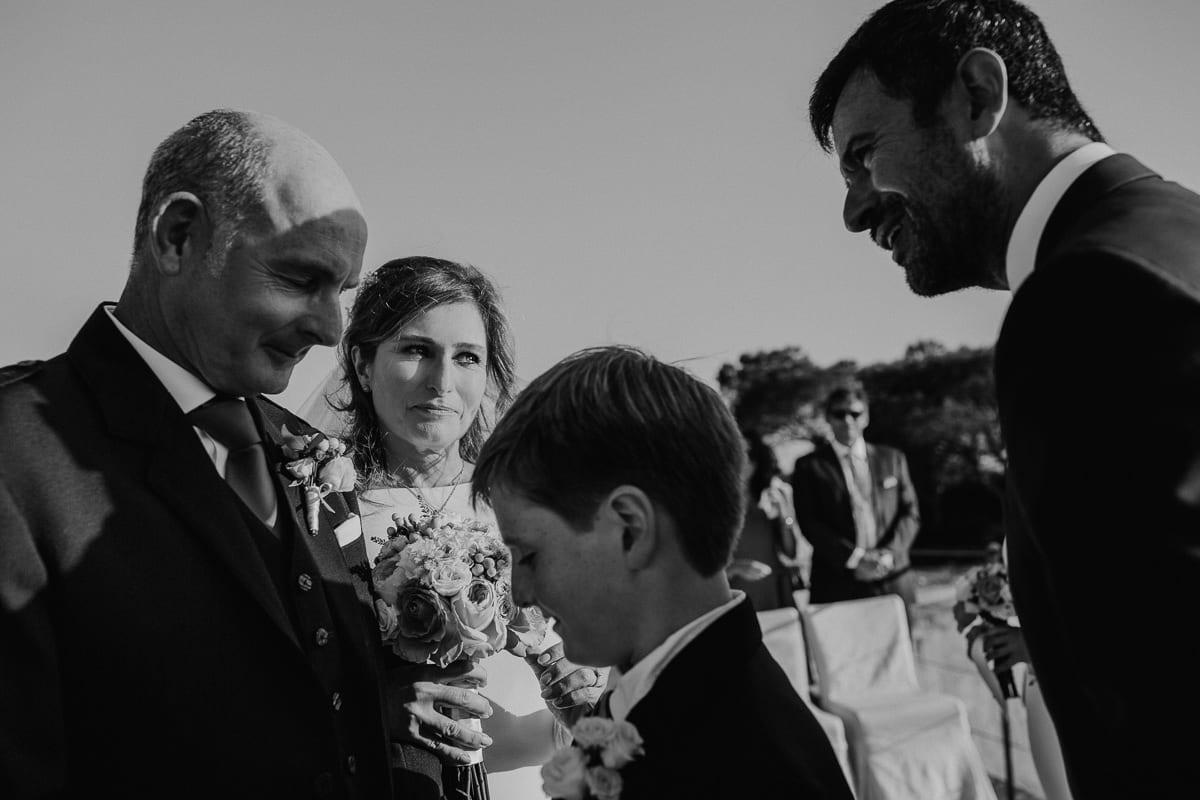 Der Sohn der Braut übergibt seine Mutter dem Bräutigam am Altar.
