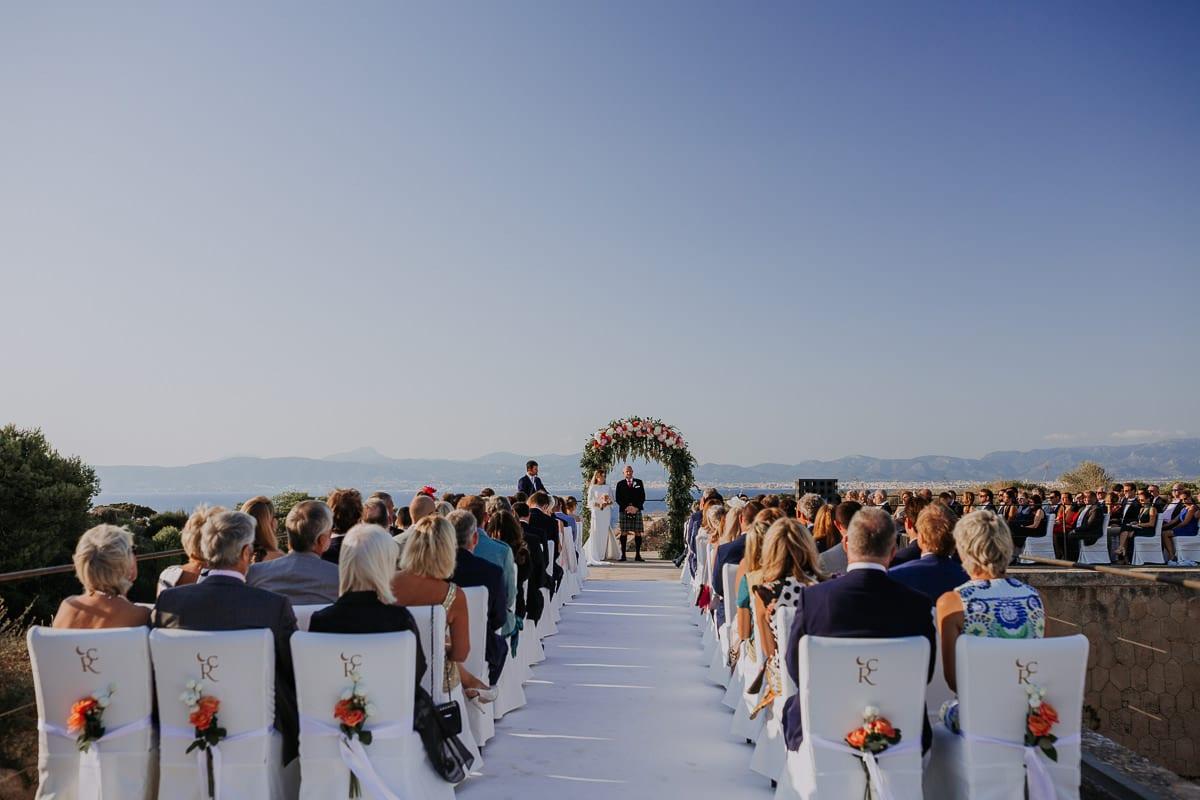 Weitwinkelaufnahme der gesamten Zeremonie mit Blick auf das Meer.