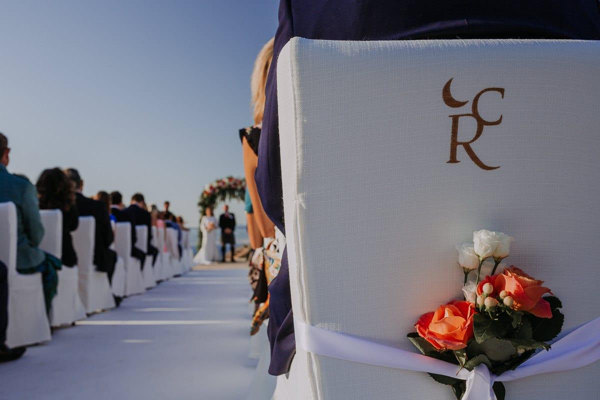 Detailaufnahme des Blumenschmucks der Stühle der Zeremonie.