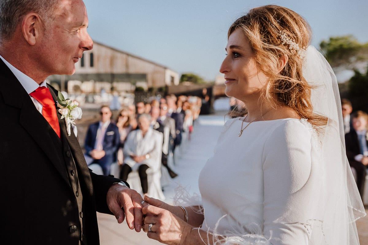 Die Braut steckt ihrem Mann den Ring unter Freudentränen an.