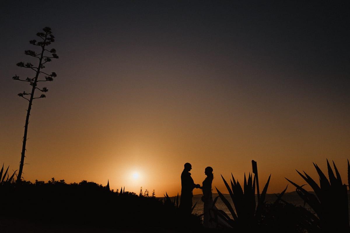 Silhouette des Brautpaares Hand in Hand stehend.