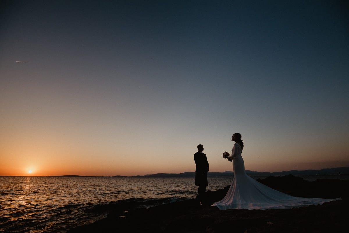 Silhouettenfoto des Brautpaares zum Sonnenuntergang.