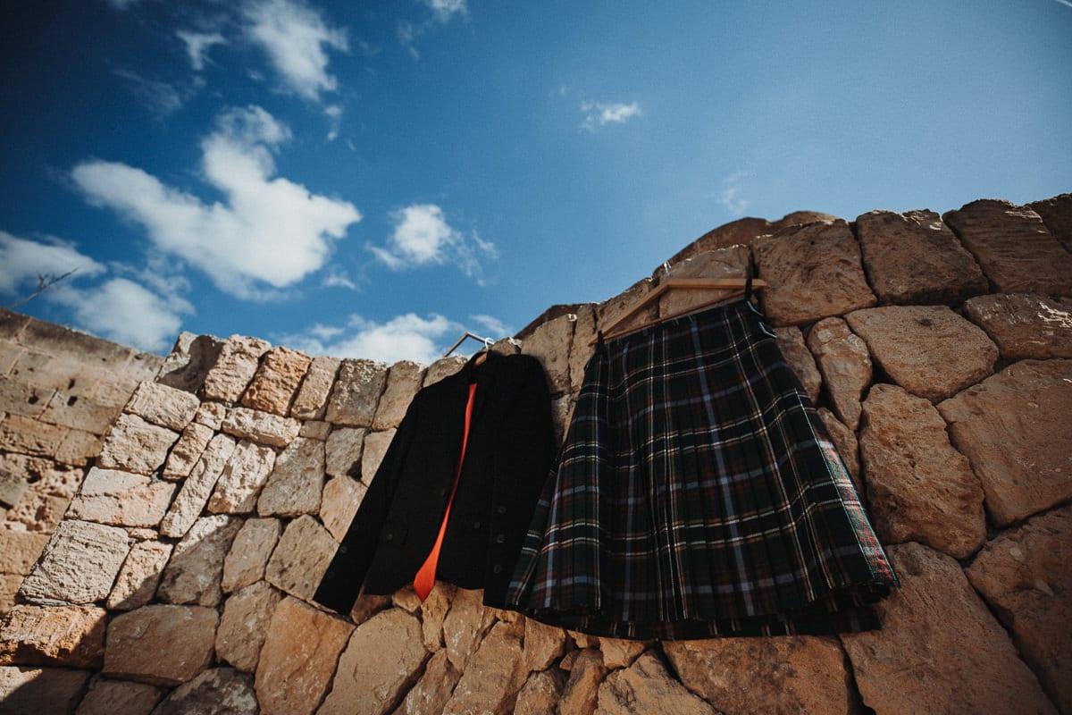 Die schottische Tracht des Bräutigams hängt zum Lüften draussen.