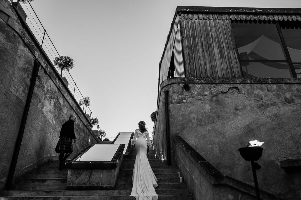 Das Brautpaar auf dem Weg zur Dachterrasse.