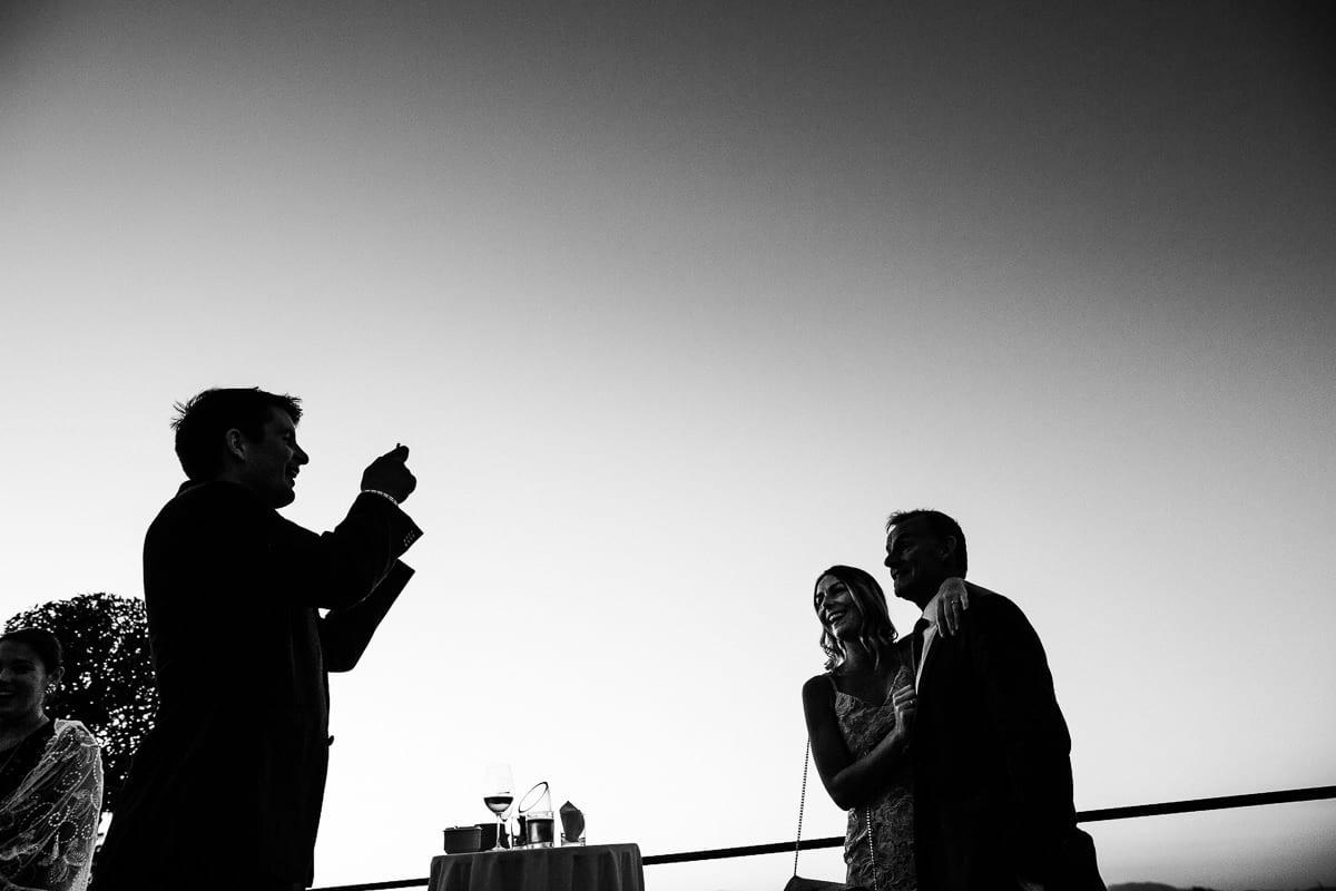 Hochzeitsgäste machen von sich ein Foto auf der Dachterrasse im Hotel Cap Rocat.