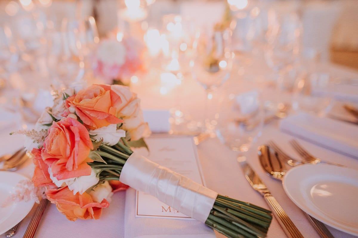Der Brautstrauss auf dem Hochzeitstisch.