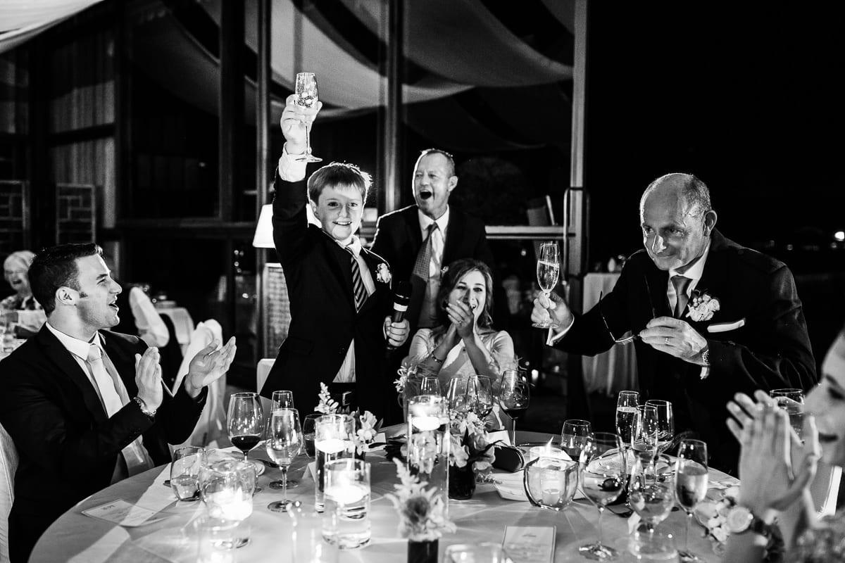 Der kleine Sohn der Braut erhebt das Glas für alle zum Anstossen.