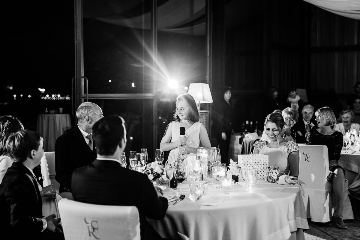 Die kleine Tochter des Bräutigams hält eine Tischrede.