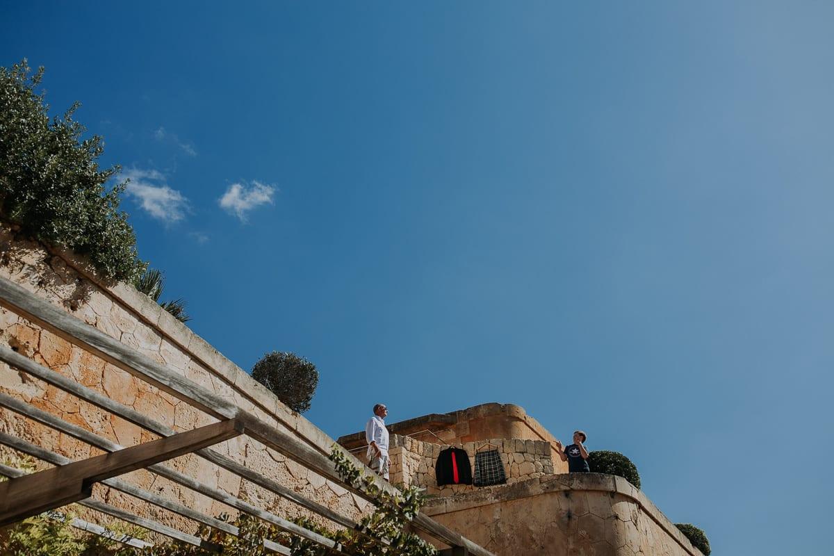 Sohn und Bräutigam auf der Dachterrasse ihres Appartements im Hotel Cap Rocat.