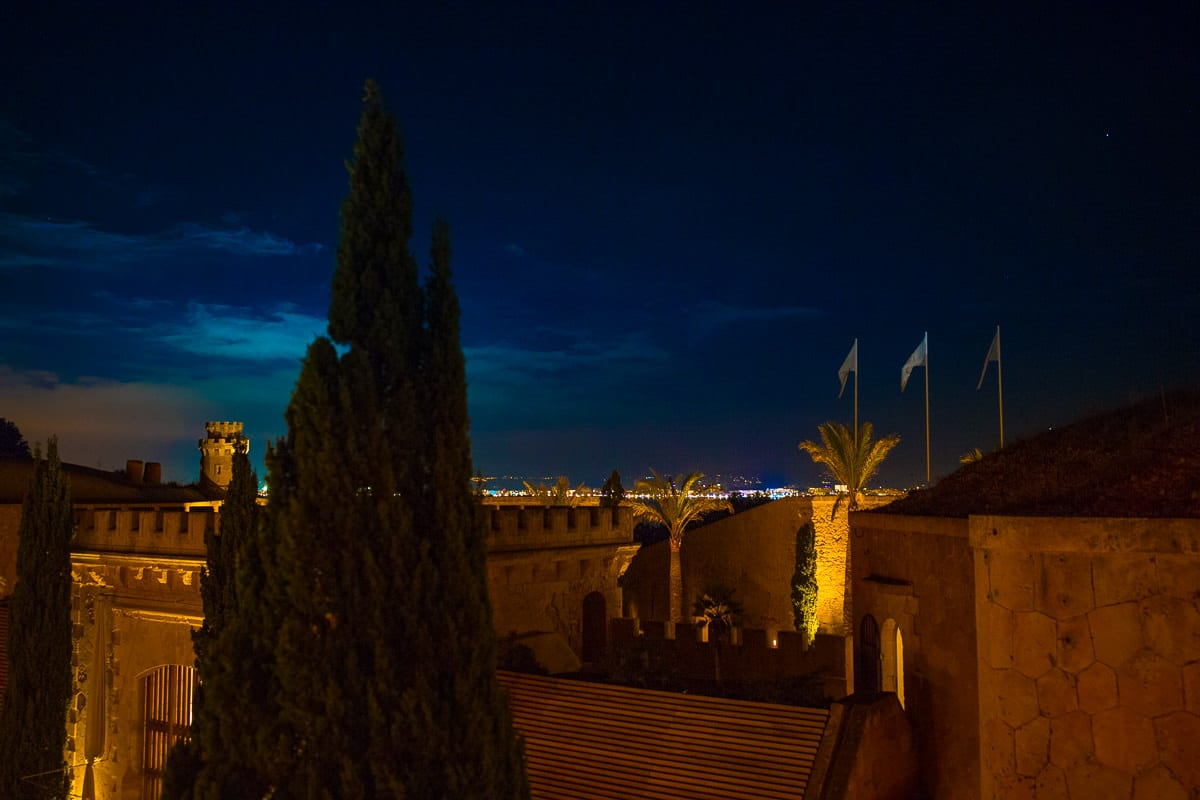 Traumhafter Ausblick über die Dächer des Hotels Cap Rocat bei Nacht mit Blick auf Palma de Mallorca.
