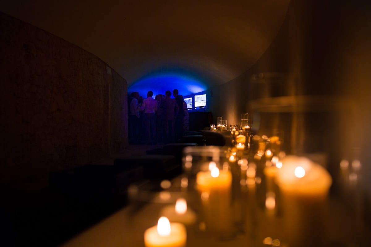 Der Eingang der Partylocation im Cap Rocat ist geschmückt mit Kerzen.