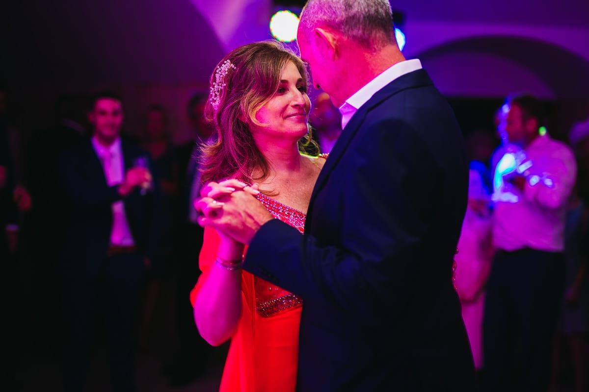 Die Braut lächelt ihrem Mann verliebt an während des Tanzens.