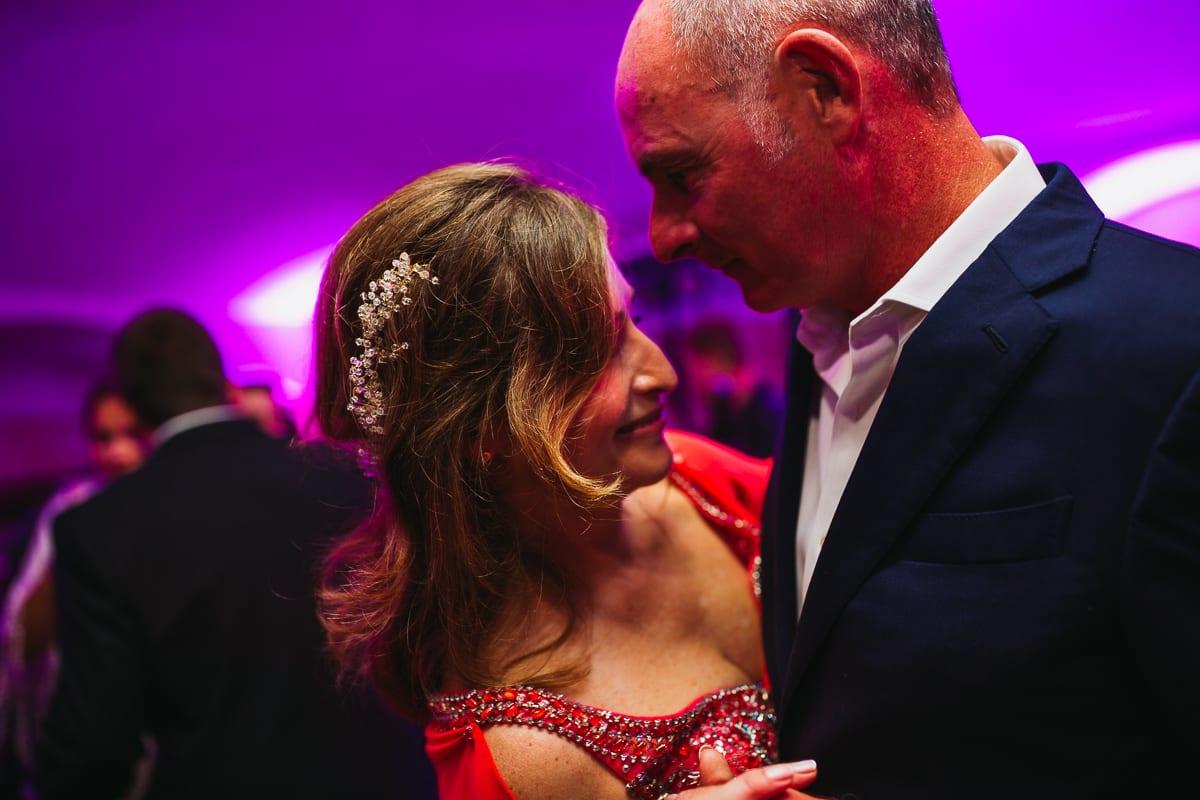 Nahaufnahme des tanzenden Brautpaares.