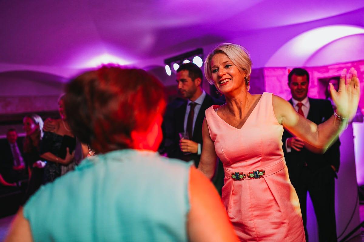 Fröhliche Ausgelassenheit tanzender Hochzeitsgäste.