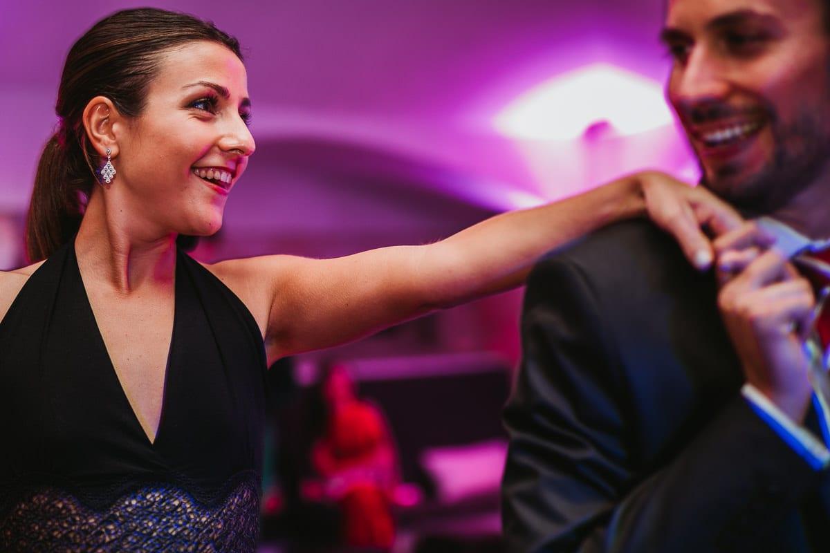 Ein verliebtes Paar beim tanzen auf der Hochzeitsparty.