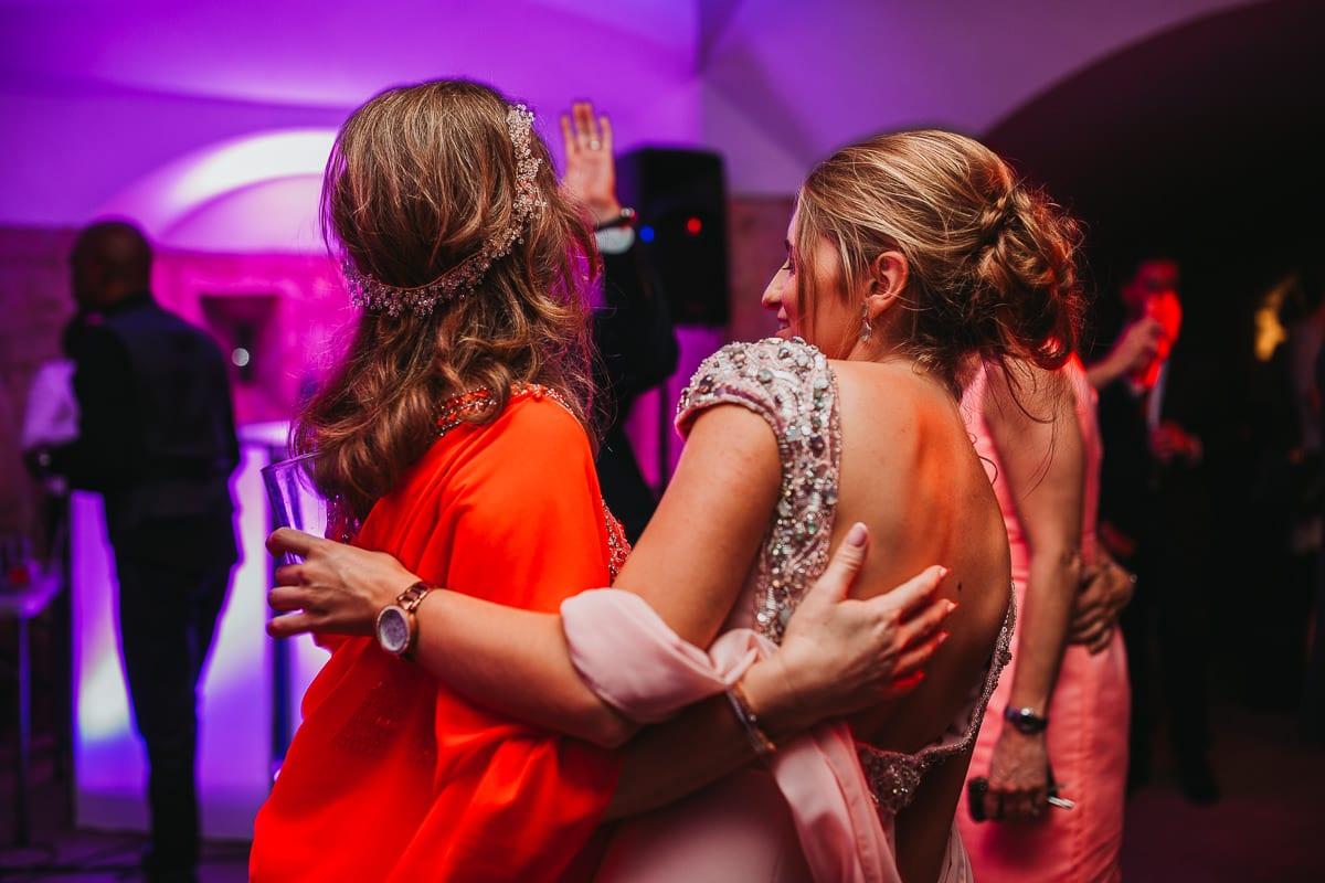 Die Braut und ihre Tochter beim tanzend von hinten fotografiert.