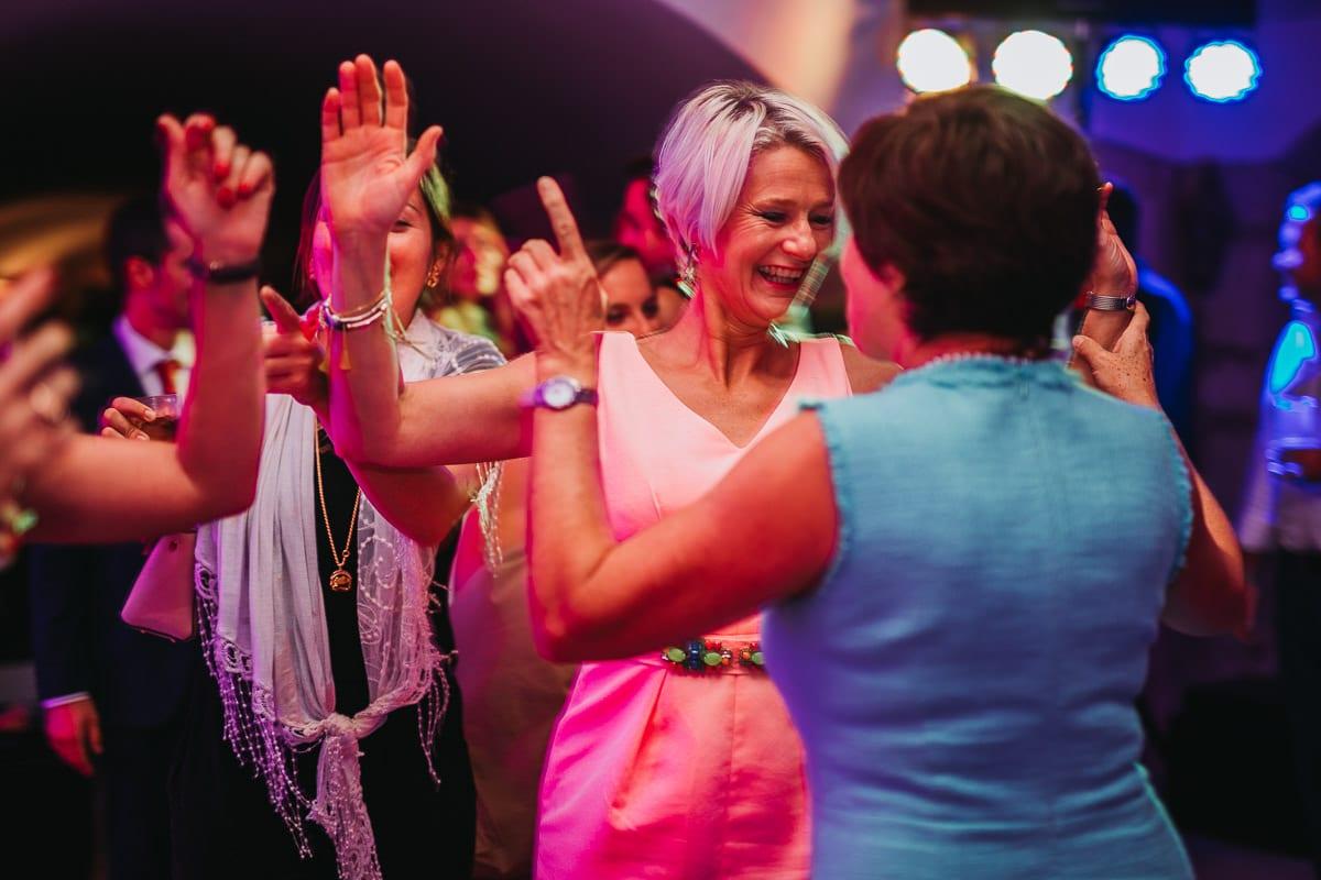 Glücklich tanzende Hochzeitsgäste.