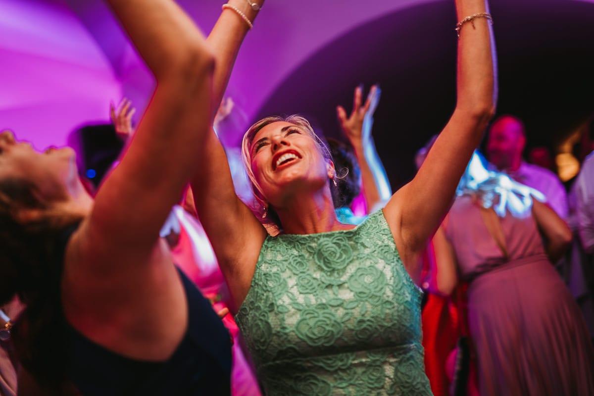 Die Hochzeitsgäste geniessen das Tanzen.