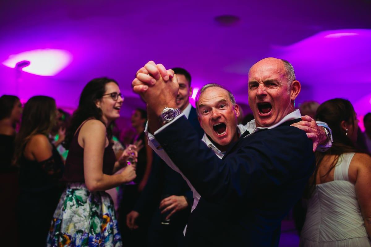 Der Bräutigam während der Party mit einem Freund.