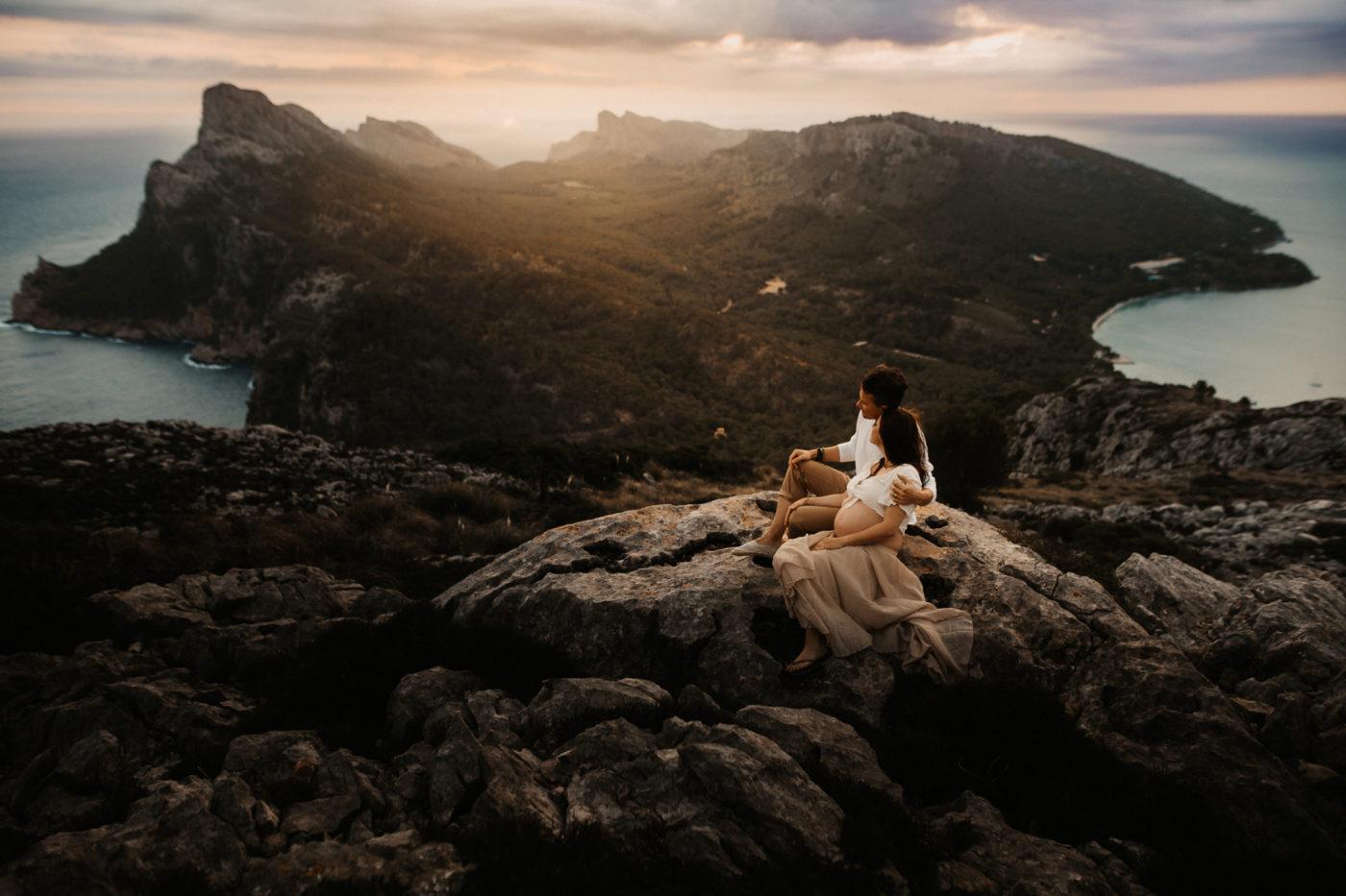 Schwangeres Paar eigebettet in der Landschaft von Formentor auf Mallorca.