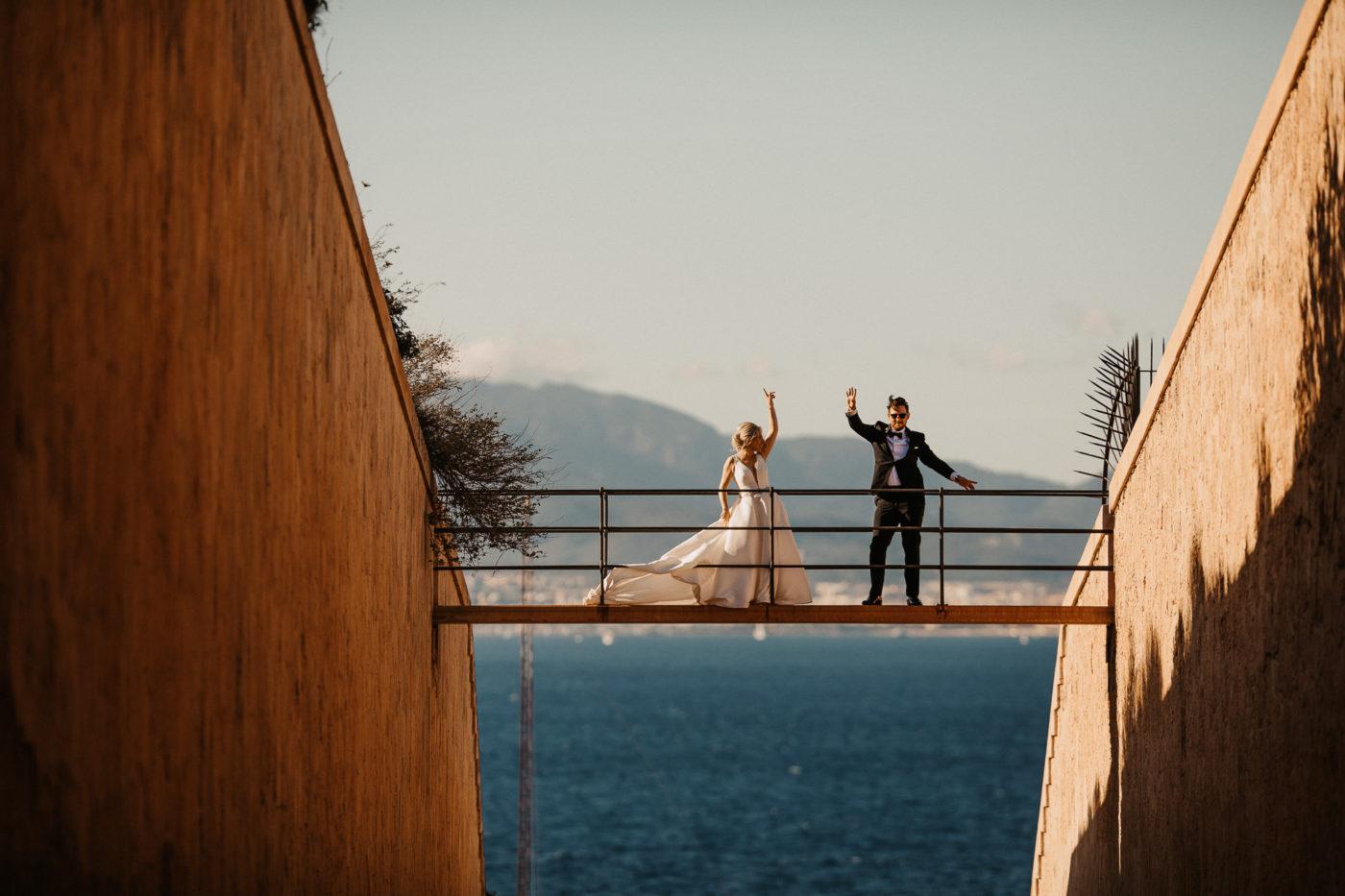 Tanzendes Brautpaar auf der typischen Cap Rocat Brücke