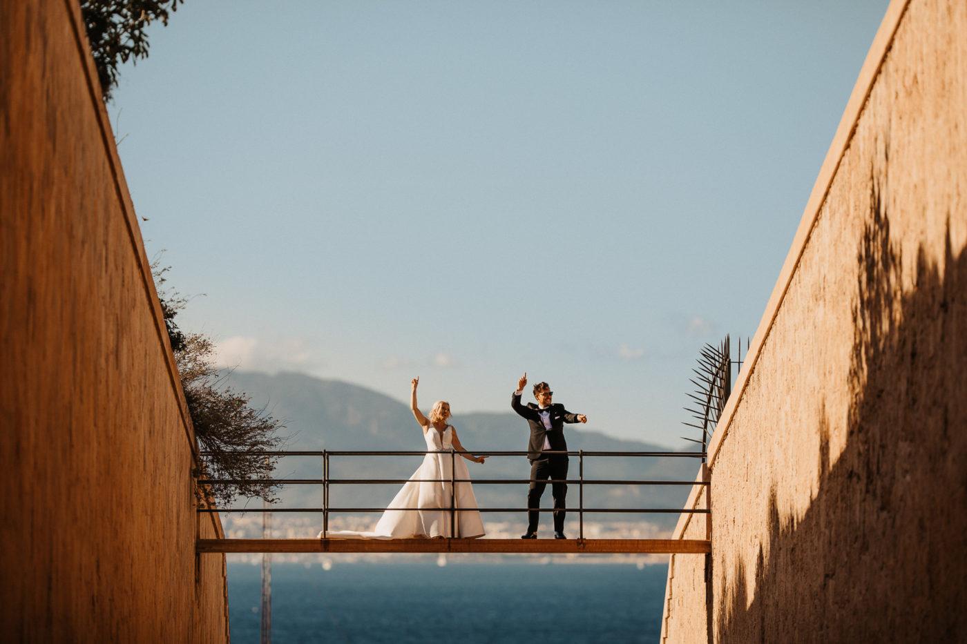 Tanzendes Hochzeitspaar auf der Brücke im Hotel Cap Rocat