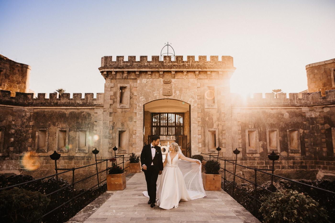 Romantisches und lichtschönes Brautpaarfoto vor den Toren des Cap Rocat