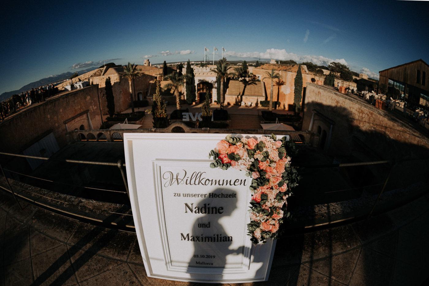 Die Hochzeitswillkommenstafel des Brautpaares