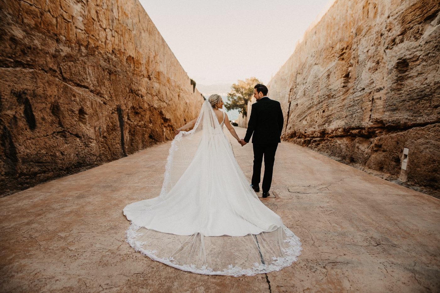 Das Brautpaar auf dem Weg zum Wasser im Hotel Cap Rocat
