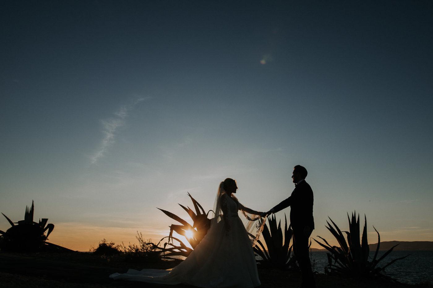 Das Brautpaar während des Sonnenuntergangs im Oktober auf Mallorca