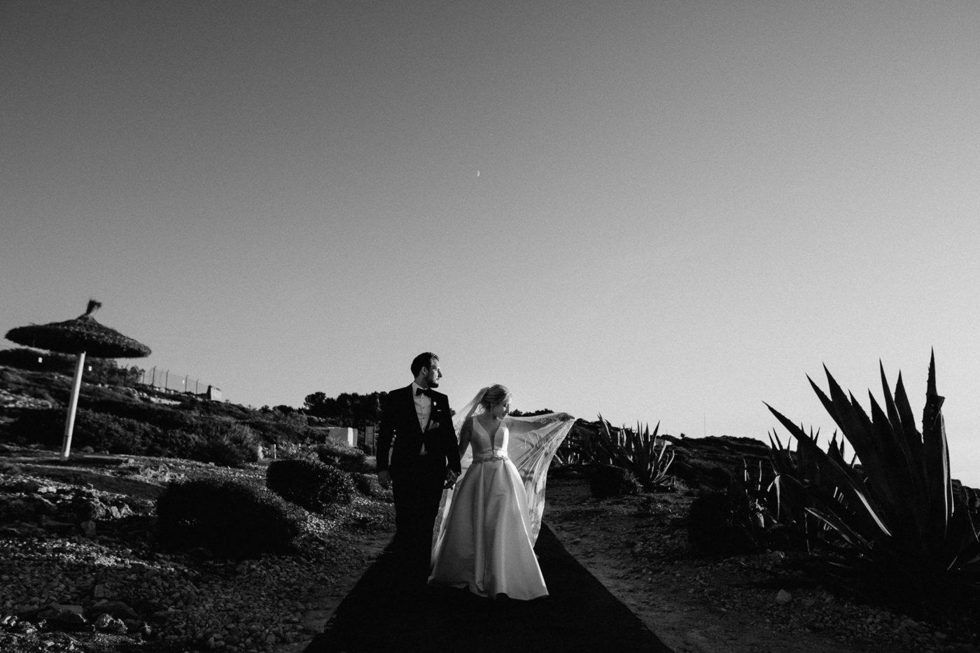 Das Brautpaar läuft Hand in Hand