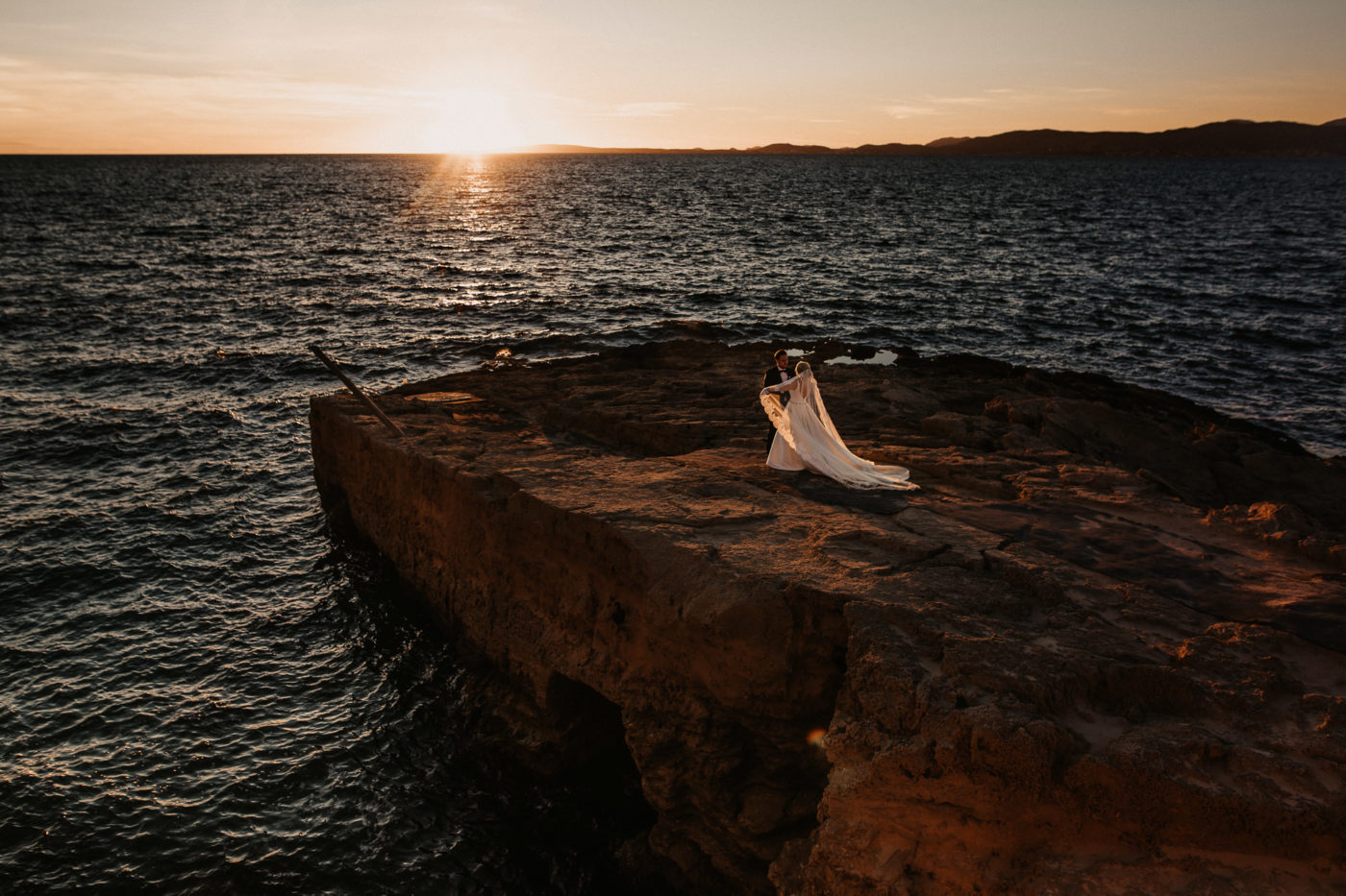 Das Brautpaar im traumhaften Abendlicht am Meer