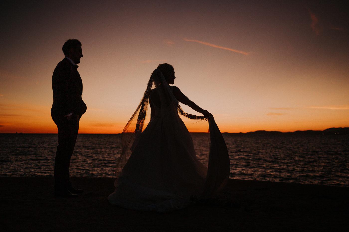 Silhouetten Foto vom Brautpaar zum Sonnenuntergang