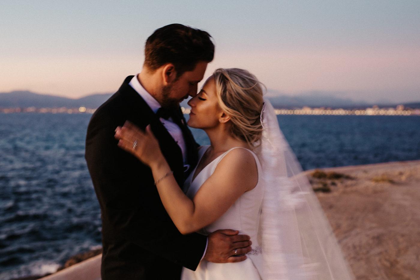 Das Brautpaar vor den Lichtern des Hafens von Palma vom Hotel cap Rocat aus fotografiert