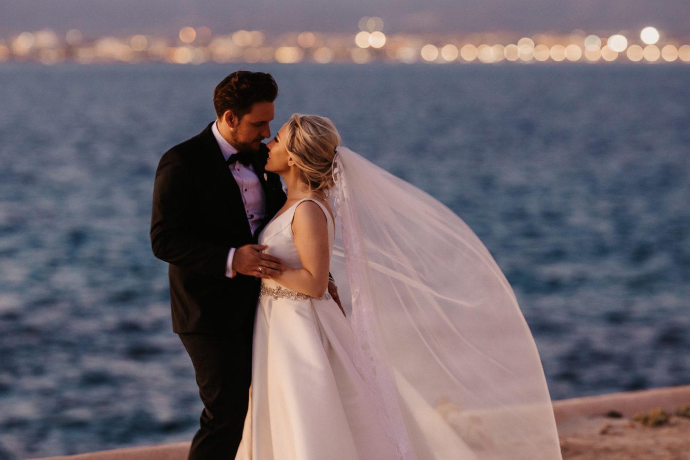 Brautpaar vor den Lichtern der stadt Palma de Mallorca im Hotel Cap Rocat