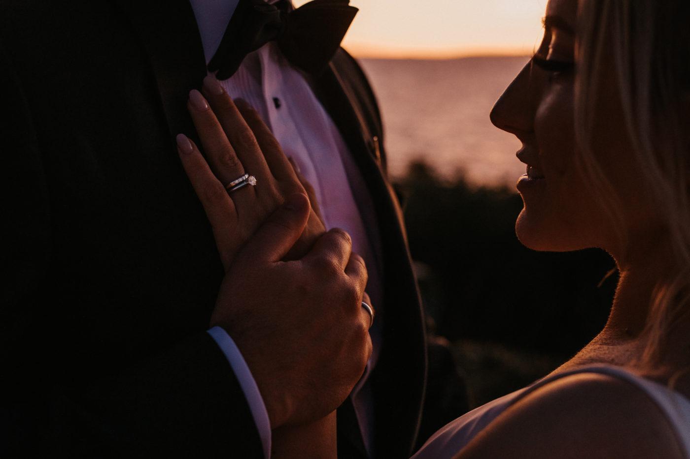Nahaufnahme wie der Bräutigam die Hand seiner Liebsten hält