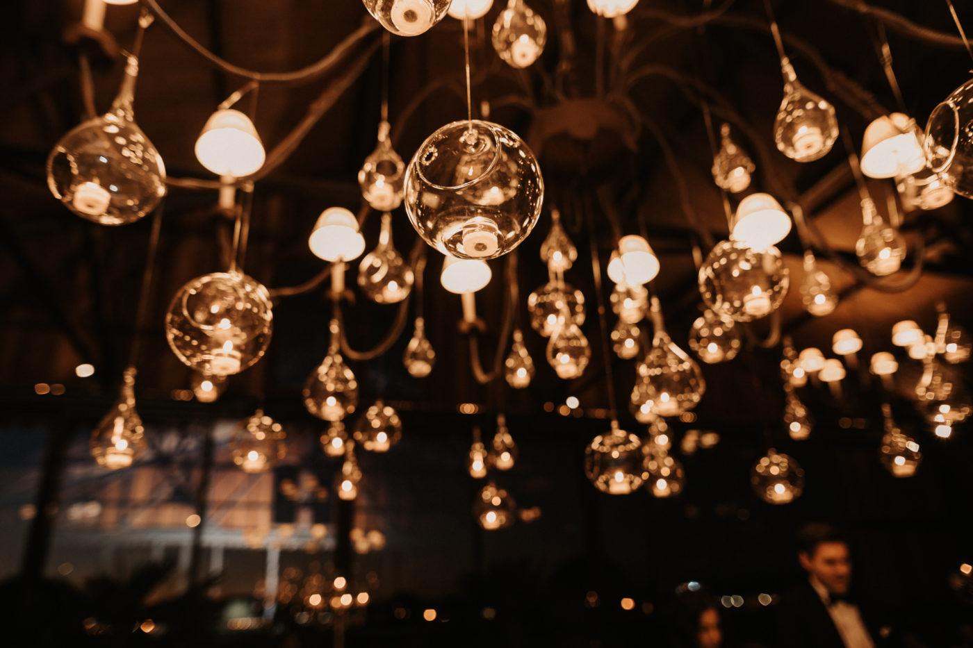 Hängende Lichtergläser im Cap Rocat kreiert von der Dekorationsagentur Ars Festum