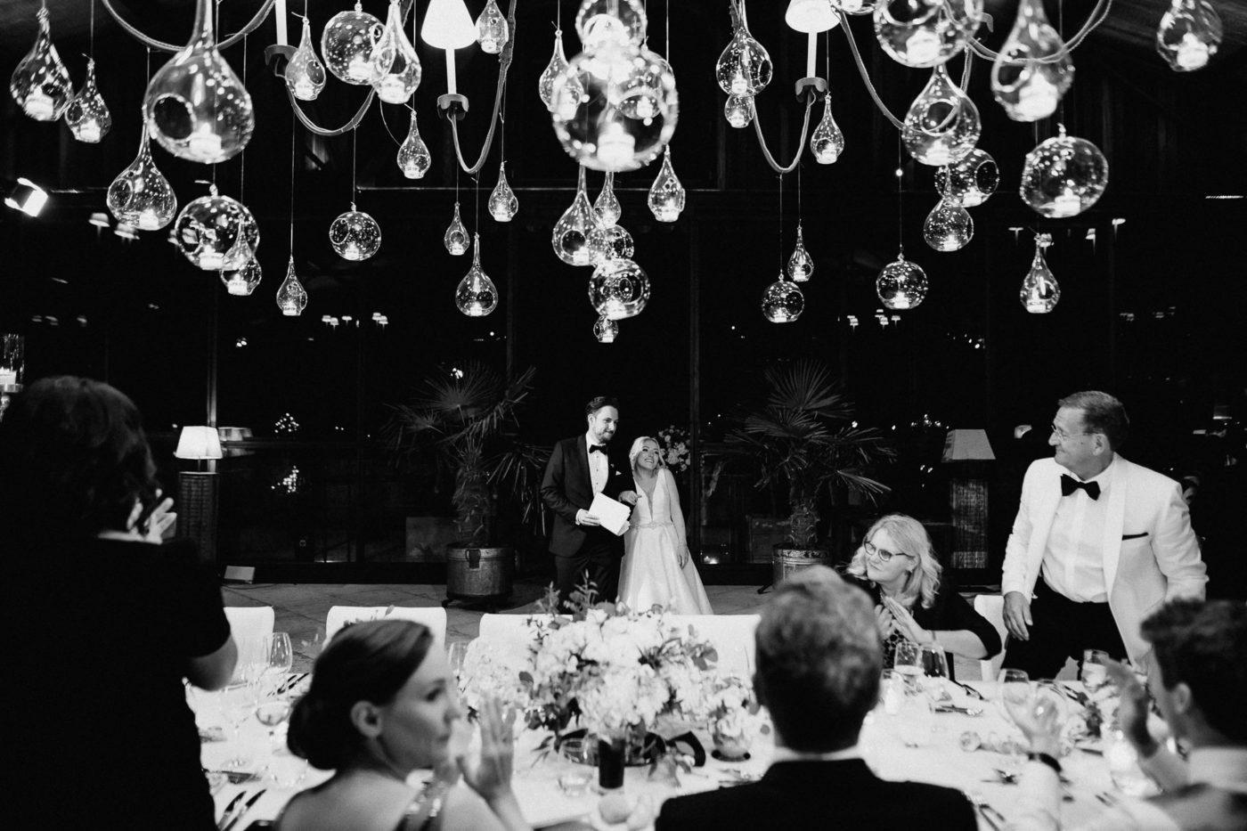 Das Brautpaar betritt den Dinner Saal in der Hochzeitslocation