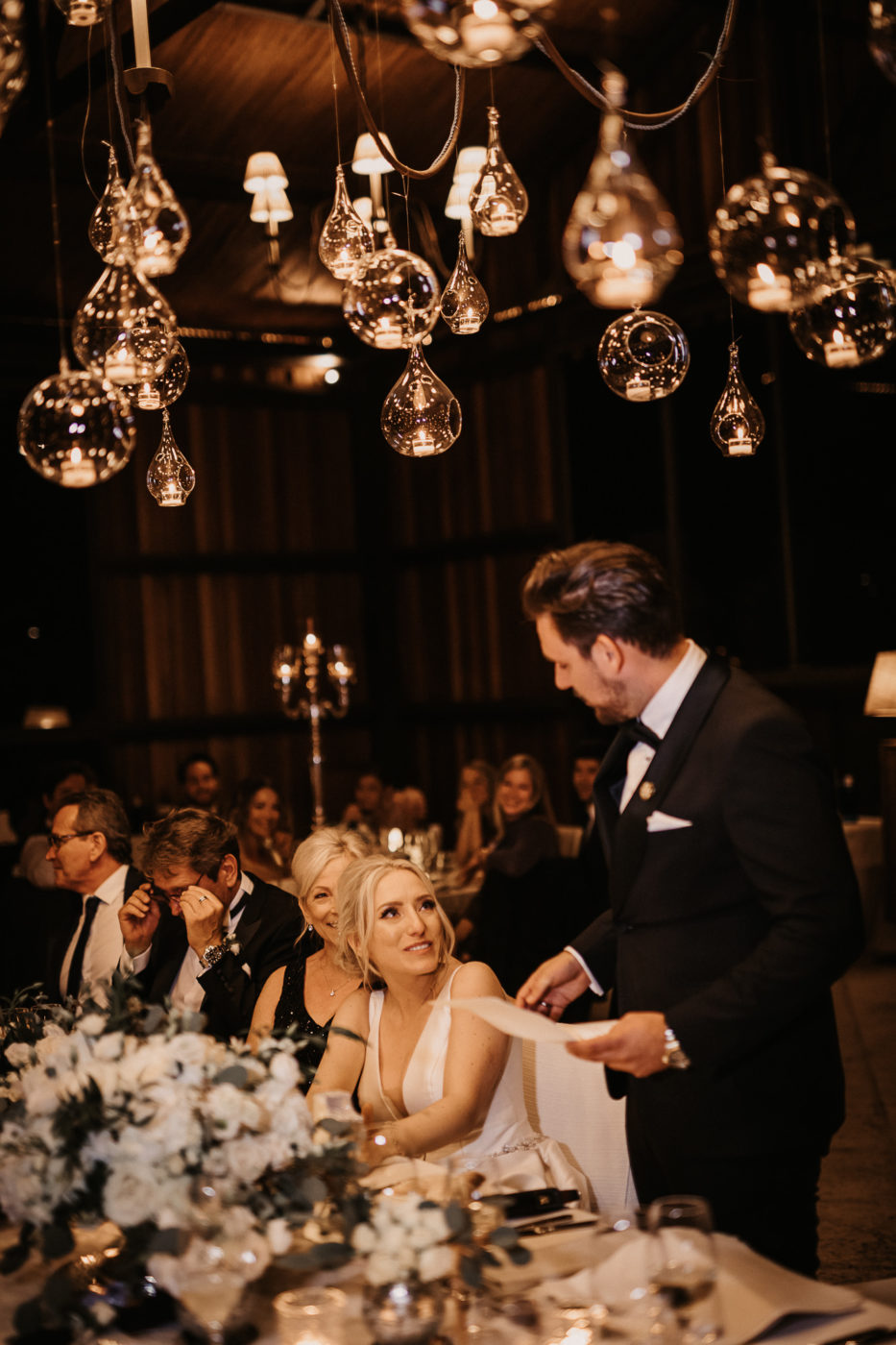 Der Bräutigam wendet sich während seiner Tischrede der Braut zu